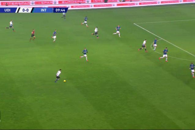 L'Inter nel primo tempo tende ad abbassare gli esterni di centrocampo e formare una linea difensiva a cinque