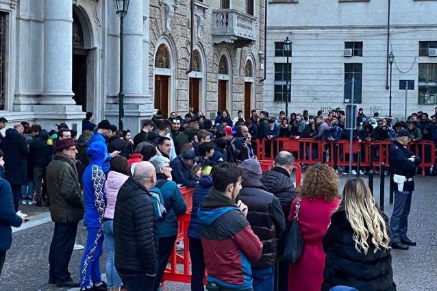I tifosi dell'Inter fuori all'hotel a Torino (foto Marco Barzaghi)